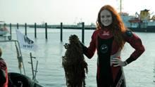 """Topmodel und """"Let's-Dance""""-Finalistin Barbara Meier engagiert sich in dem WWF-Projekt zur Bergung von so genannten Geisternetzen in der Ostsee, in denen unzählige Meerestiere und Vögel qualvoll verenden – ebenso, wie an anderen Plastikabfällen. """"Es sollte jedem klar sein, dass Plastikabfall in jeder Form der Unterwasserwelt schadet"""", so Barbara Meier. Allein in der Ostsee gehen jährlich bis zu 10.000 Fischernetze oder Netzteile verloren."""