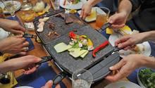 Raclette, wie hier auf dem Bild, kommt aus der Schweiz
