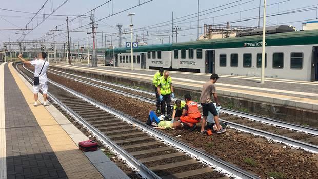 Die Selfie-Szene auf dem Bahnhof von Piacenza in Italien