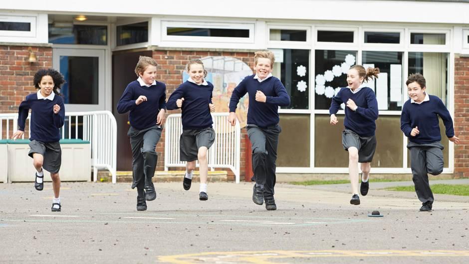 Schüler und Schülerinnen in einer Schuluniform