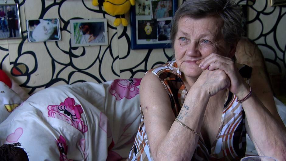 Karin Ritter in ihrem Wohnzimmer in der Obdachlosenunterkunft in der Köthener Augustenstraße.