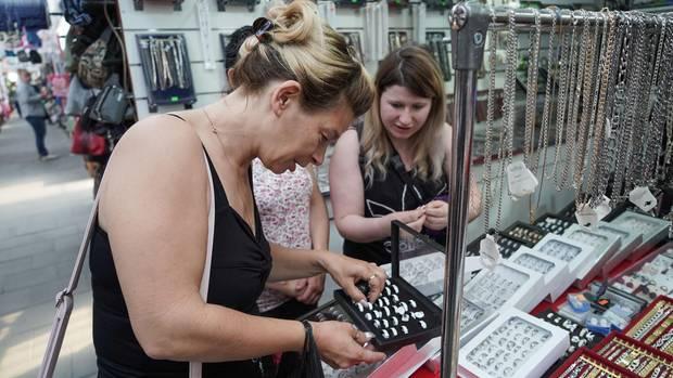 Auf dem Polenmarkt in Hohenwutzen: Die beiden Freundinnen Jacqueline Schwerdtfeger und Anne Fröhlich suchen am Schmuckstand Ringe aus.