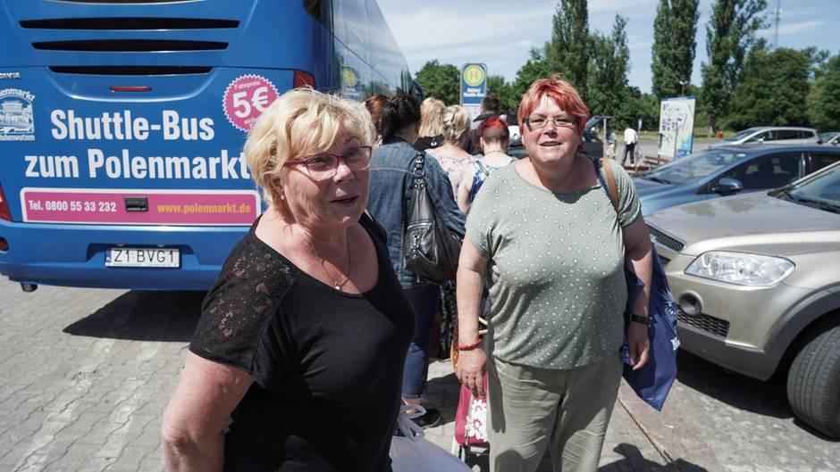 Die Rentnerinnen Monika König und Gerlinde Möller stehen vor einen nach Berlin fahrenden Bus auf dem Polenmarkt. Von Berlin-Marzahn fährt drei Mal täglich ein Bus zum Schnäppchenmarkt an die deutsch-polnische Grenze.