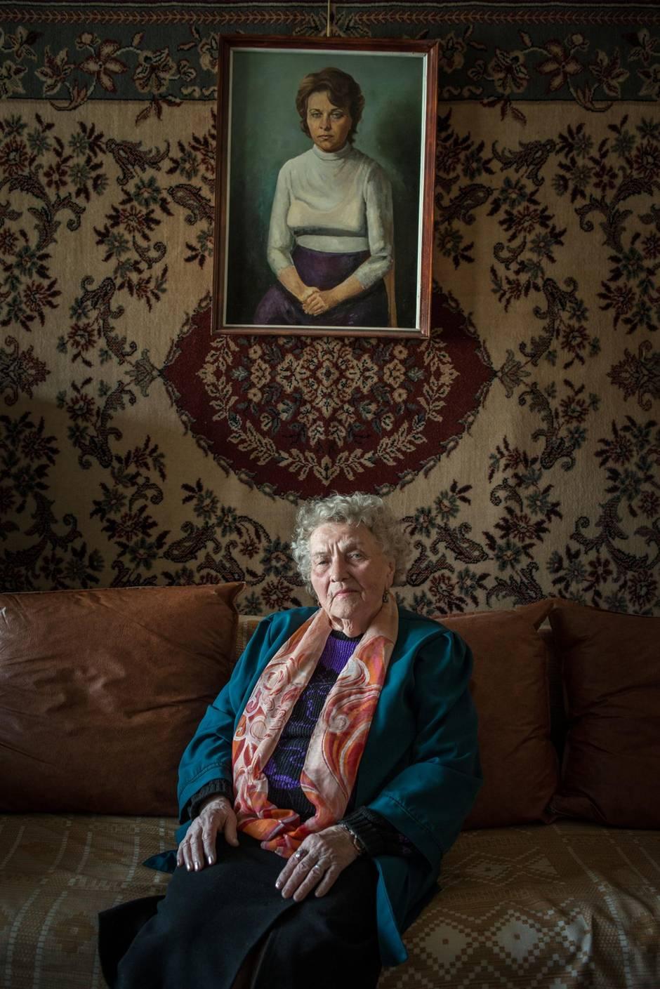 Sinaida Kriulina in ihrem Zimmer. Das Porträt, das ihr zweiter Mann gemalt hat, hängt auf der Wand.
