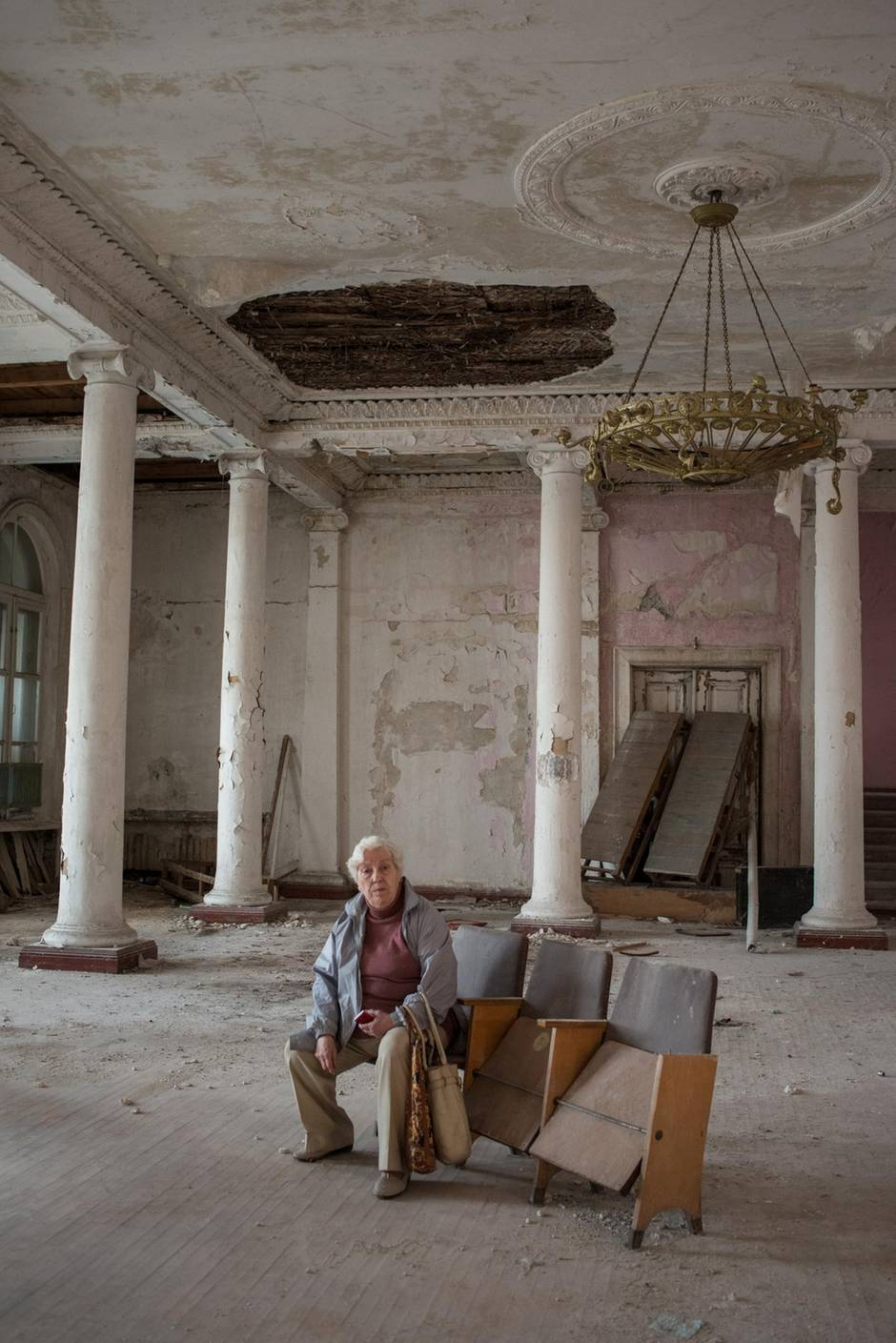 Deja ist Kriegsüberlebende und verbringt ihre Rente mit der Erhaltung der Erinnerungen an den zweiten Weltkrieg, hier fotografiert im Kulturhaus im Stadtviertel Beketowa.