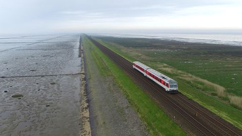 Ein Zug der Deutschen Bahn fährt über den Hindenburgdamm zwischen Sylt und Niebüll