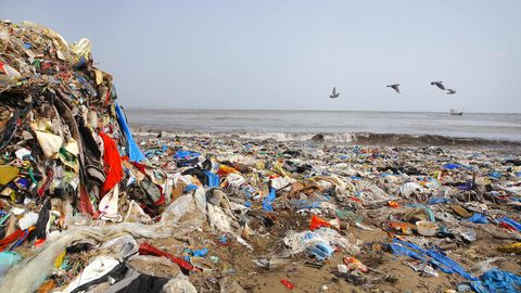 Plastikmüll am Strand von Mumbai, Indien