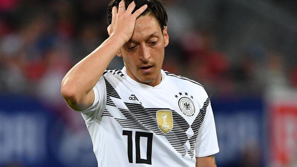 Mesut Özil steht enttäuscht auf dem Platz