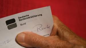 Mensch hält Brief der Deutschen Rentenversicherung
