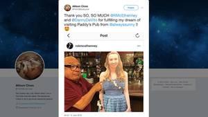 Screenshot des Twitter-Kanals von Allison Closs mit dem Bild von Danny DeVito mit ihr als Pappaufsteller