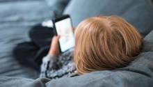 Kleinkind spielt mit Smartphone