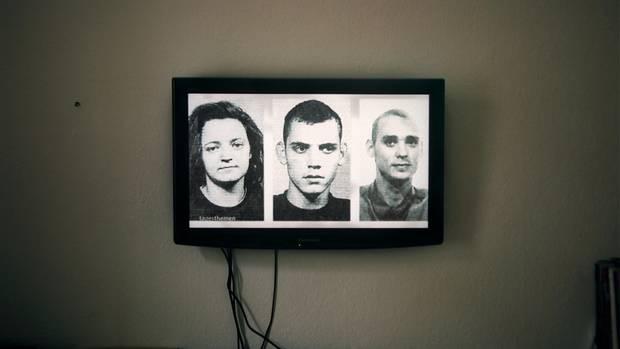 """Bilder von Beate Zschäpe, Uwe Böhnhardt und Uwe Mundlos werden in den """"Tagesthemen"""" gezeigt"""