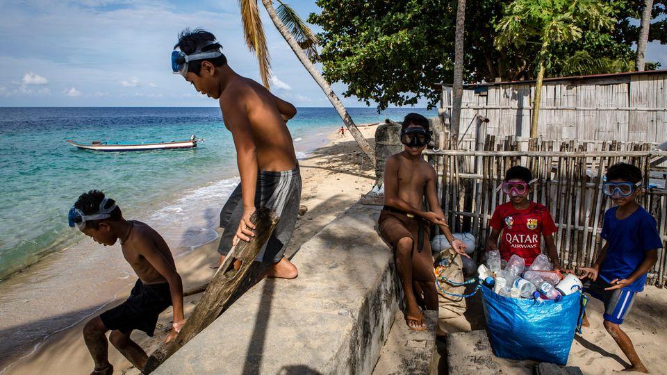 Die Jungen holen Plastikflaschen aus dem Meer oder klauben sie von den Stränden