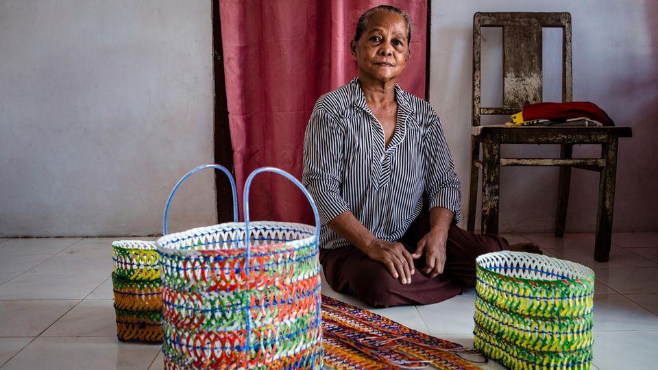 Die 72-jährige Suni fertigt Taschen und Gürtel aus Plastikresten