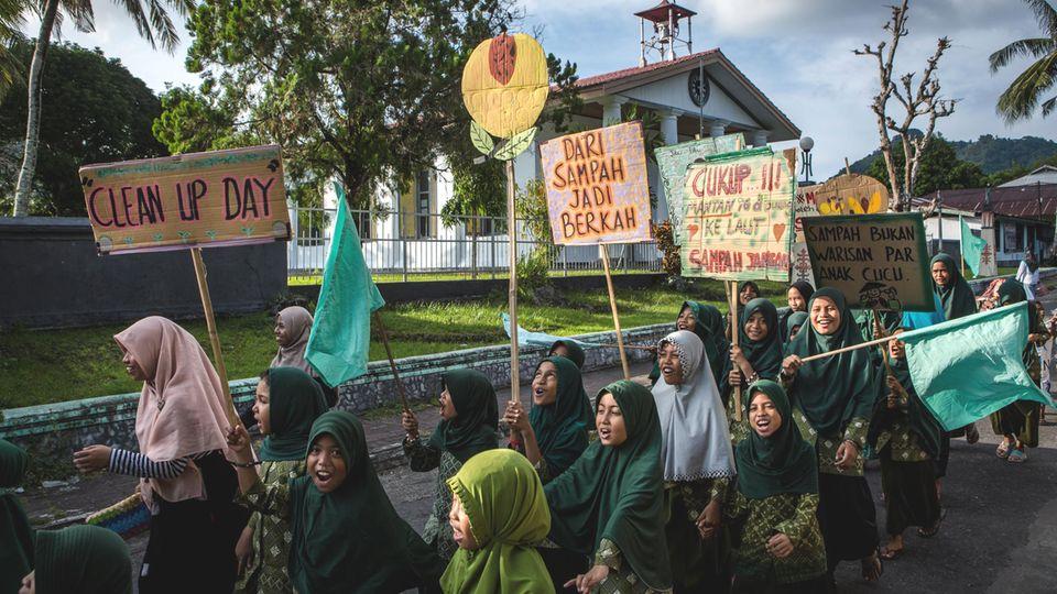 """Junge Mädchen und Frauen demonstrieren beim nationalen """"Cleanup Day"""""""