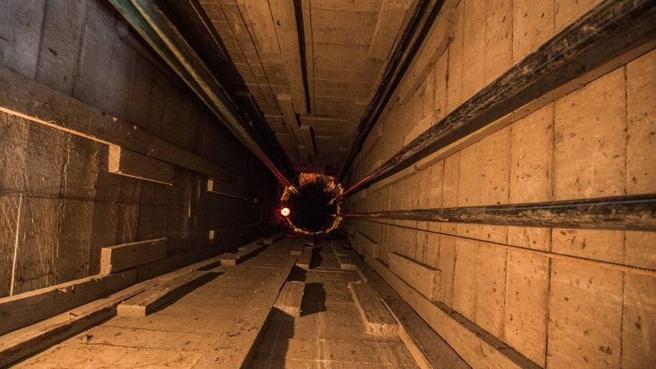 Eingang in die Mine, die Wände sind grob mit Holz verkleidet und gehen teilweise über 100 Meter nach unten
