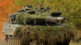 Der Leopard 2A6 kann sich in Vergleichsübungen der NATO Panzer regelmäßig gegenüber dem M1 Abrams durchsetzen. Hierbei kommt es aber vor allem auf die taktischen Fähigkeiten der Besatzung an. Im Panzerwettbewerb 2016 der USA hatten die beiden Army Teams mit ihren M1 keine Chance.Die drei Leopard-Mannschaften aus Deutschland, Dänemark und Polen belegten die ersten drei Plätze. Sieger wurde Deutschland.