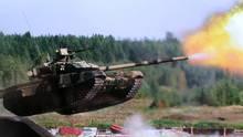 Ein russischer T-90 demonstriert einen Mid-Air-Schuss bei einer Übung.
