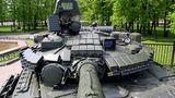 """Turmfront eines T-80BW mit """"Kontakt 1""""Reaktivpanzerung.  Der T-80 ist als schneller Angriffspanzer konzipiert worden. Derzeit werden die alten Modelle modernisiert."""