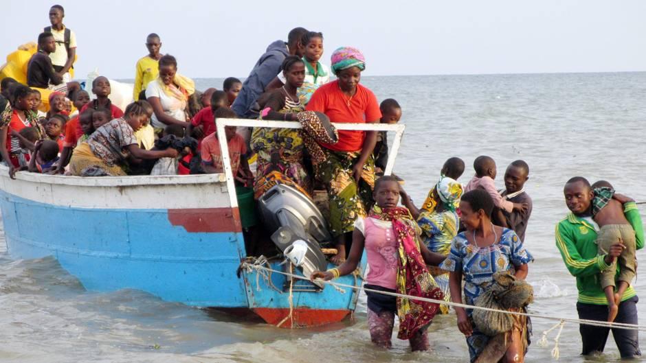 Flüchtlinge aus Afrika kommen an der Küste an