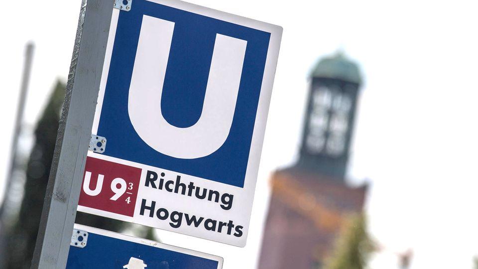 Harry Potter in Darmstadt: Ein Foto des Schildes der U-Bahn 9 ¾ Richtung Hogwarts
