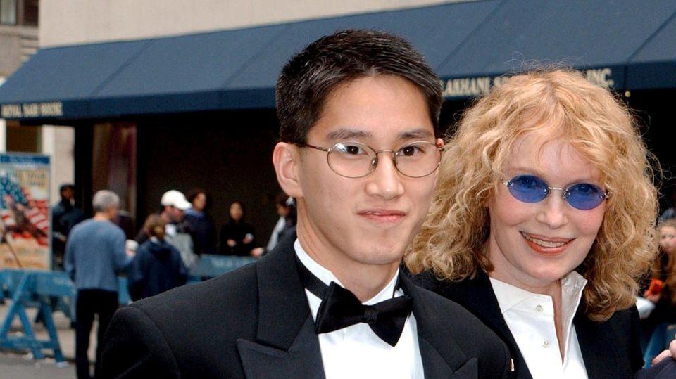 Alles inszeniert? Moses Farrow, hier an der Seite von Mia Farrow bei der Hochzeit von Liza Minnelli 2002, erhebt schwere Vorwürfe gegen seine Adoptivmutter