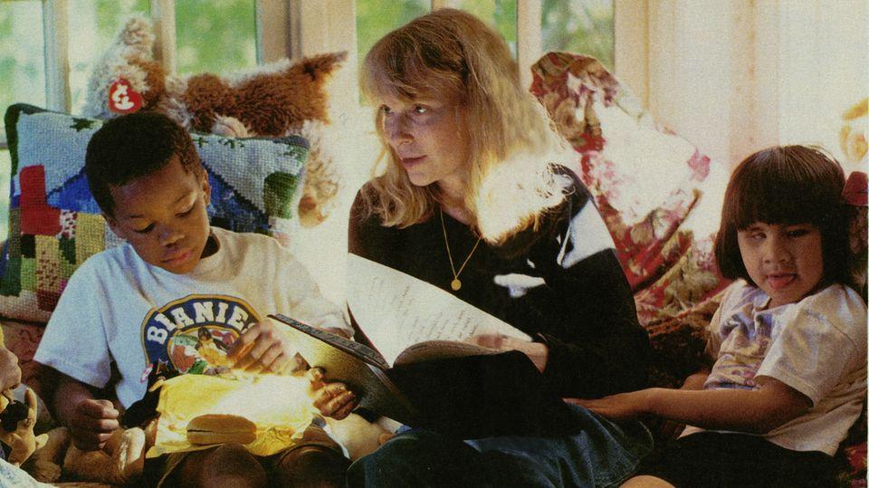 Daheim in Neuengland. 1998 besuchte der stern Mia Farrow auf ihrem Anwesen in Connecticut. Links Isaiah (damals 6), rechts die blinde Frankie-Minh (damals 8)