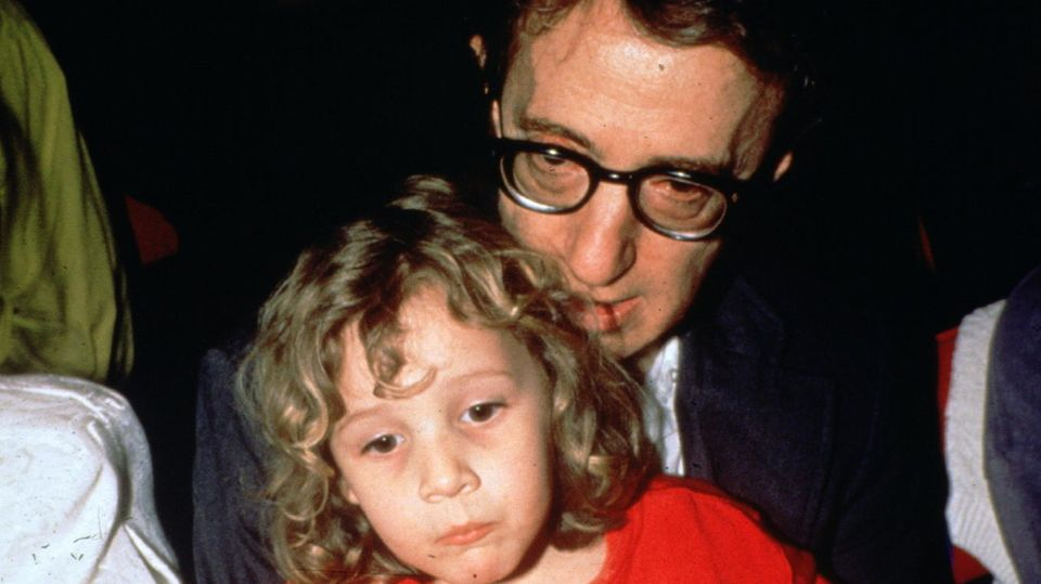Woody Allen und Tochter Dylan, 1989. Dylan wurde 1985 von Mia Farrow adoptiert; seit 1991 ist Allen ihr Adoptivvater