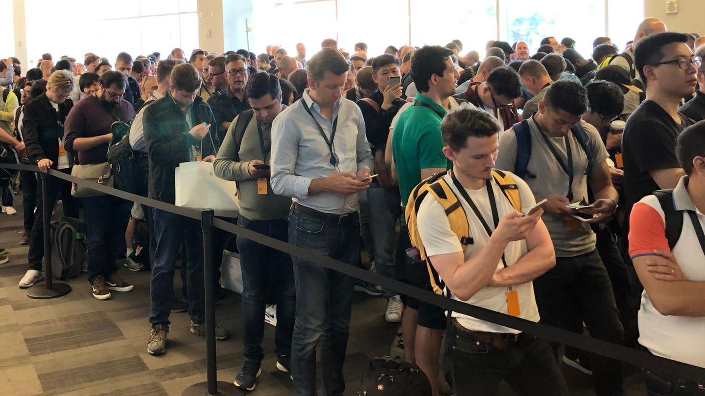 Lange Schlangen vor dem Einlass zur WWDC-Keynote. Und es fällt auf: Hier stehen ziemlichviele Männer ...
