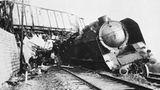Die Resistance schlägt zu  Bald nach der Kapitulation Frankreichs 1940 hatten sich Kämpfer im Untergrund zu formieren begonnen. Zu Beginn der Invasion gehörten der Resistance in der Normandie schätzungsweise 3000 Aktivisten an. Spionage und Sabotage waren ihre Hauptaufgaben. Dank ihrer Hilfe hatten die Alliierten genaue Pläne des deutschen Atlantikwalls und der Minenfelder. Am D-Day sprengten sie allein in der Region Calvados acht Brücken, zerstörten über 100 Fahrzeuge und unterbrachen wichtige Bahnverbindungen, darunter die Strecke Paris-Cherbourg. Die gestörten Nachschubwege schwächten die Fähigkeit der Deutschen zum Gegenschlag entscheidend