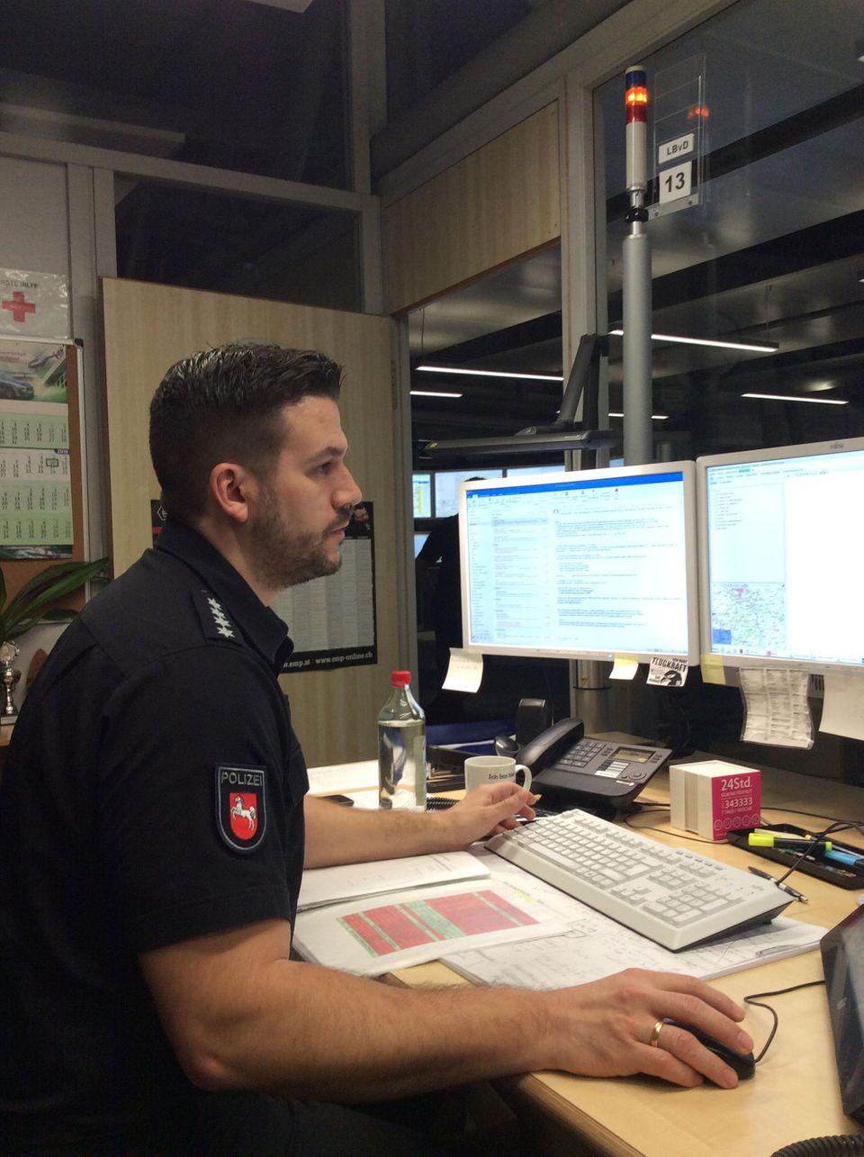 Leitender Beamter vom Dienst ist in dieser Nacht ist Tobias Gottlob, 38
