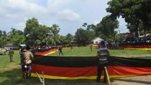 Viele Menschen halten eine sehr lange Deutschland-Flagge