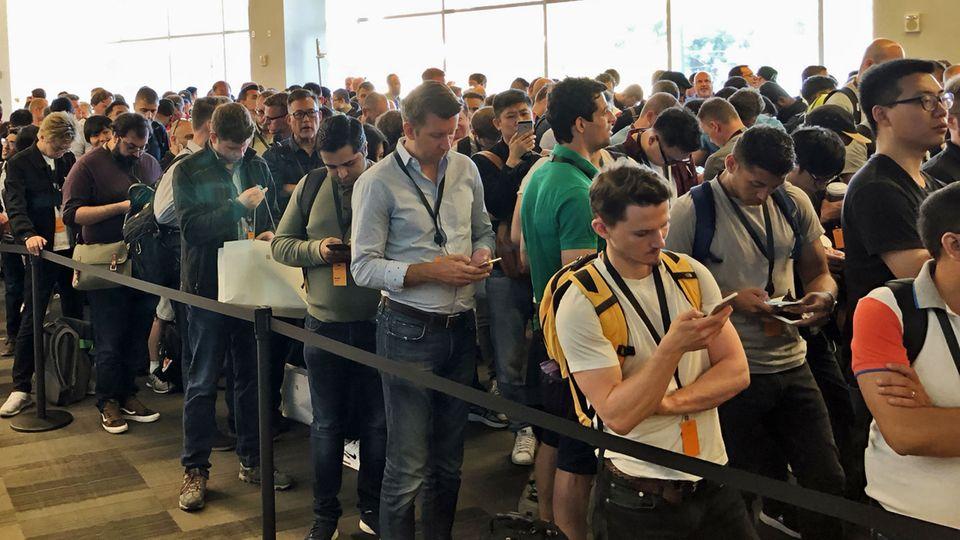 Lange Schlangen vor dem Einlass zur WWDC-Keynote. Und es fällt auf: Hier stehen ziemlich viele Männer ...
