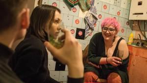 Russland, Toljatti: Swjata beim Besuch einer ihrer Schützlinge