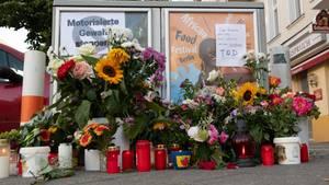 Nach der tödlichen Verfolgungsjagd legten Passanten in Berlin-Charlottenburg Blumen nieder