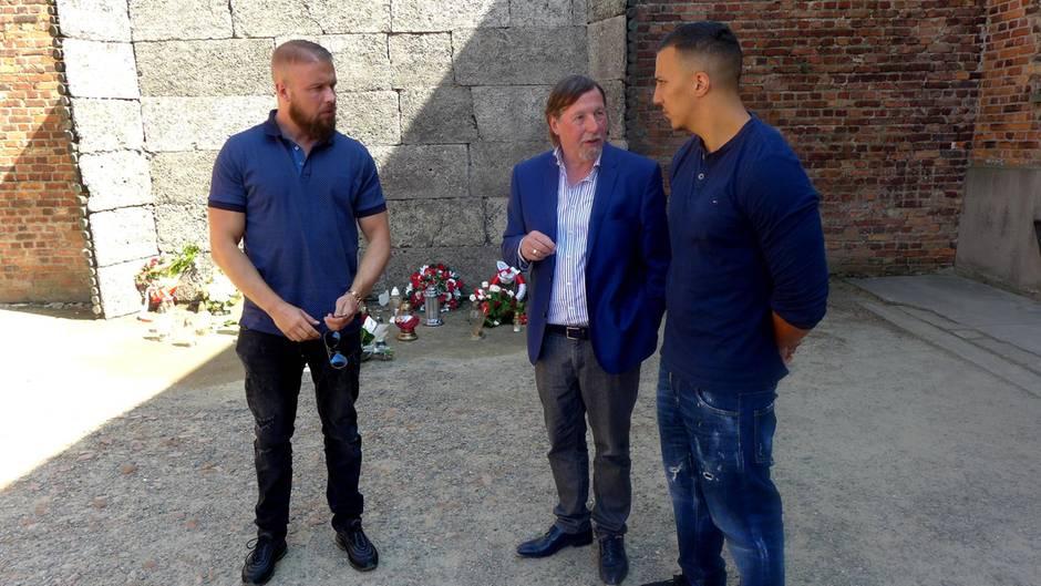Rapper Kollegah und Farid Bang in Auschwitz