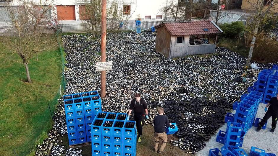 Pfandflaschen liegen im Garten