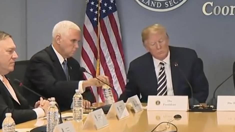 Spott für US-Vizepräsidenten: Donald Trump nimmt sein Wasser vom Tisch - raten Sie mal, wie Mike Pence reagiert