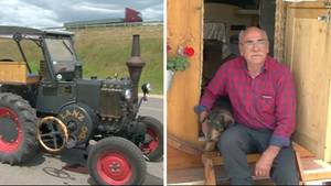 Links ist ein Lanz-Bulldog-Traktor zu sehen, rechts sitzt ein älterer Mann im Karohemd neben seinem Dackel in einer Tür