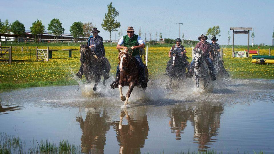 Heinz Bley und seine Freunde: Sonntags reiten sie aus und machen sich auch nass dabei