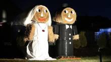 Ein aus Strohballen gebautes und mit einem Scheinwerfer angestrahltes Hochzeitspaar