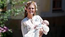 Prinzessin Madeleine von Schweden posiert nach der Taufe mit ihrer jüngsten Tochter Adrienne