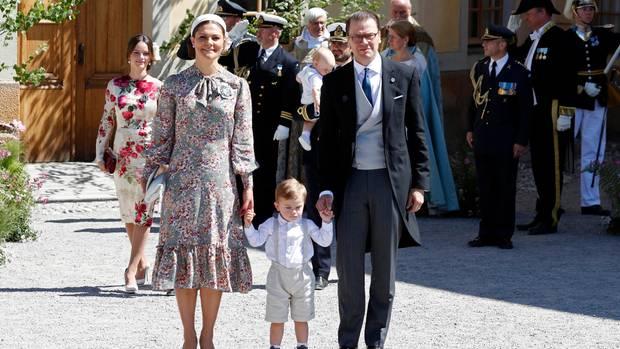 Kronprinzessin Victoria und ihr Mann Prinz Daniel mit dem gemeinsamen Sohn Oscar. Ihre Tochter Estelle war kurzfristig erkrankt.