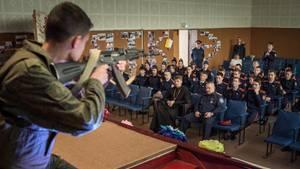 Russland, Dimitrowgrad: Schüler einer Kosaken-Kadetten-Schule im Unterricht.