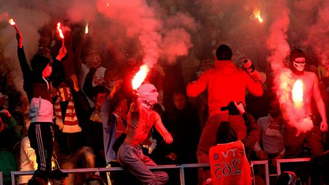 Hooligans zünden Pyrotechnik