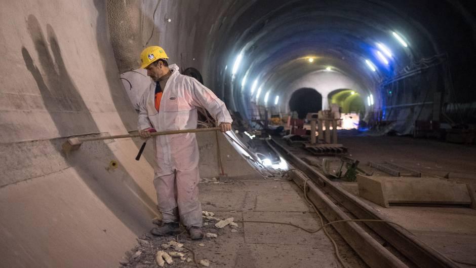 Bauarbeiter im Tunnel Bad Cannstatt: 60 Kilometer umfasst das Röhrensystem für S 21. Am 11. Juni diskutiert erstmals der Verkehrsausschuss des Bundestags über Alternativen zum fragwürdigen Projekt.