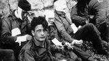 """Eine Ewigkeit bis zum Strand  Verwundete amerikanische Soldaten warten am """"Omaha Beach"""" auf ihre Evakuierung. Die meisten Kämpfer hier waren zwischen 17 und 24 Jahre alt. Nur vier Stunden nach Beginn des Angriffs lagen 3000 von ihnen tot oder schwer verwundet auf dem Strandabschnitt"""