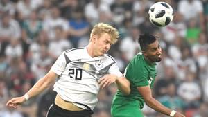 Julian Brandt (l.) und Saudi-Arabiens Salem Al-Dawsari kämpfen um den Ball