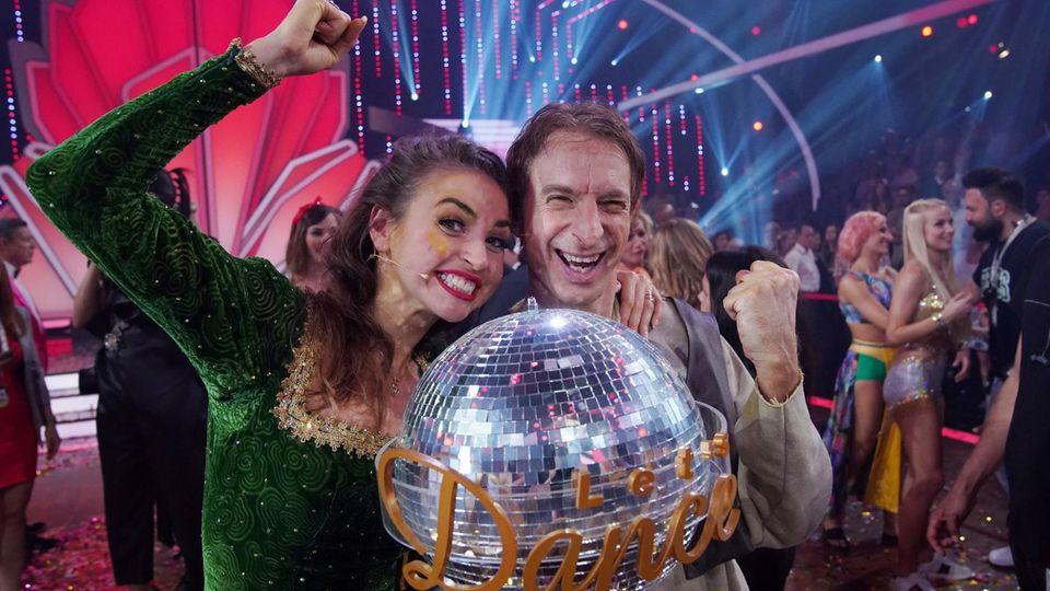 Ekaterina Leonova und Ingolf Lück mit dem Siegerpokal