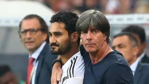 Bundestrainer Joachim Löw und Spielerİlkay Gündoğan